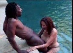 Safada chupando negão na piscina