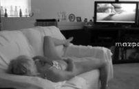 Assistindo filme porno e se masturbando